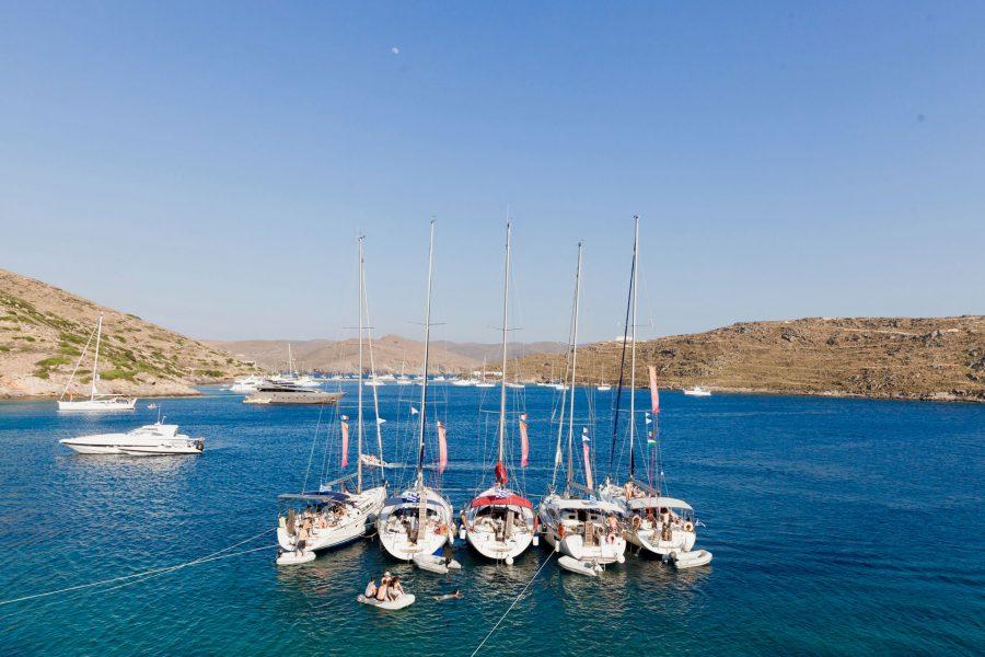 Yachturi ancorate in port